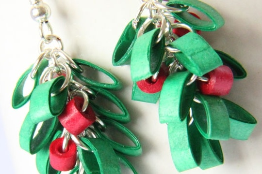 Paper quilled mistletoe christmas earrings _ free tutorial