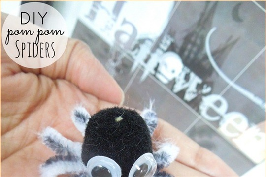 DIY Pom Pom Spiders (Halloween Craft)